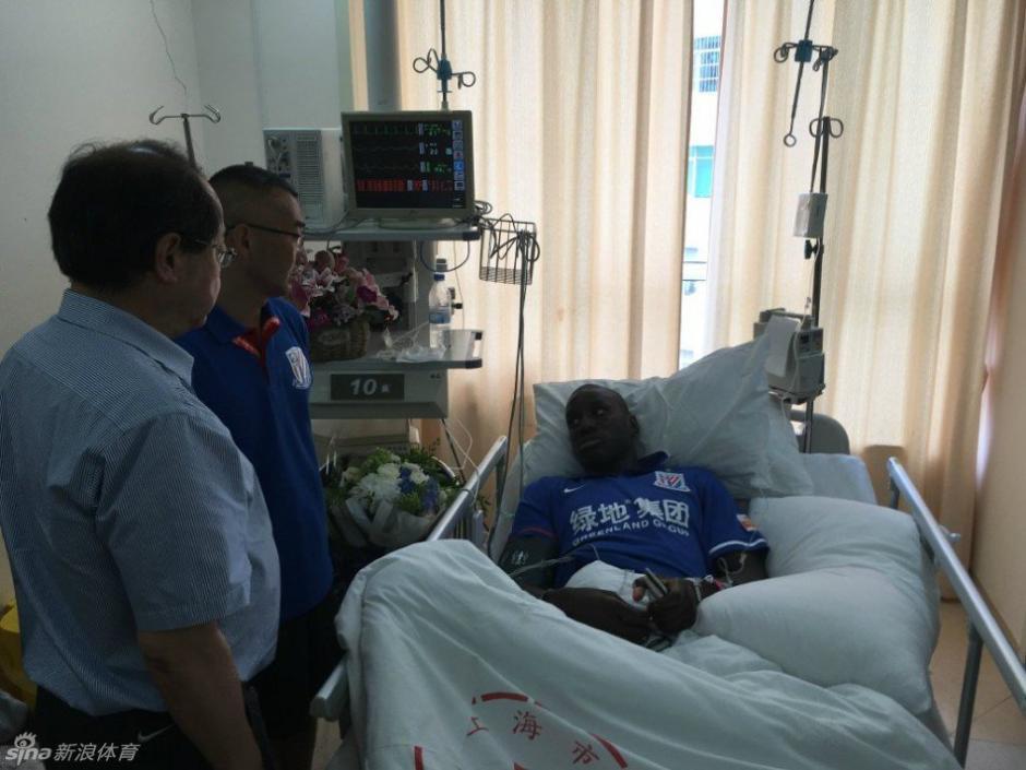 Los dirigentes y amigos también visitaron a Demba Ba quien estará fuera de actividad seis meses. (Foto: Shanghai Shenhua)