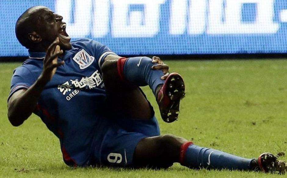 Demba Ba sufrió una terrible fractura expuesta el domingo. (Foto: Twitter)