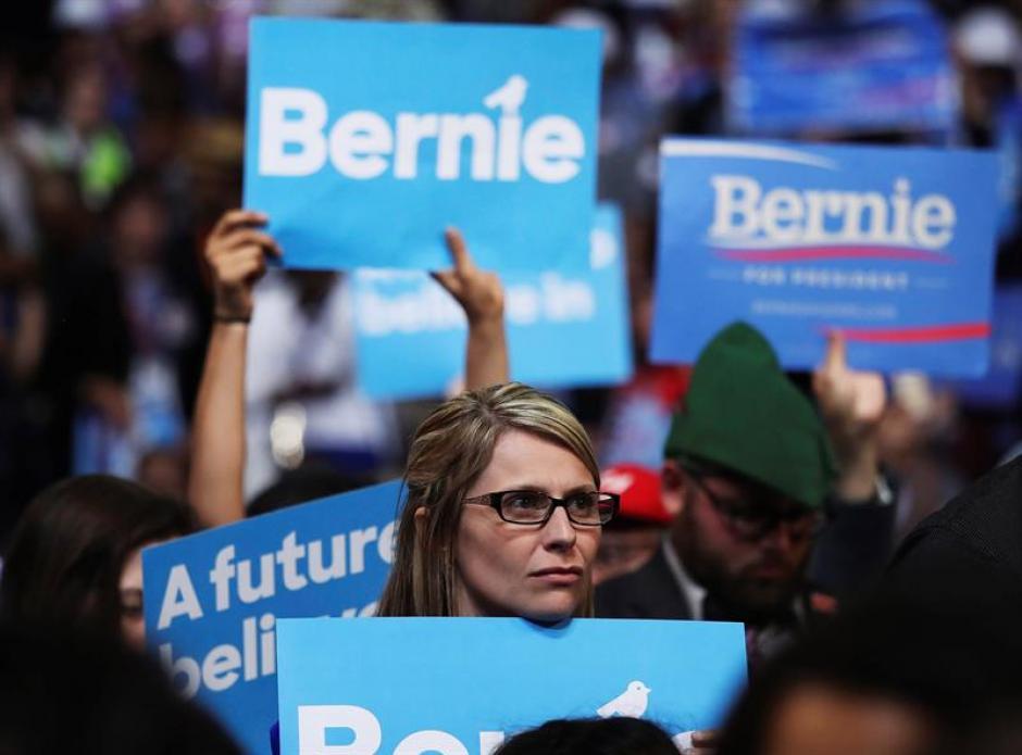 Simpatizantes del senador estadounidense Bernie Sanders escuchan su discurso ante los delegados demócratas. (Foto: Efe)