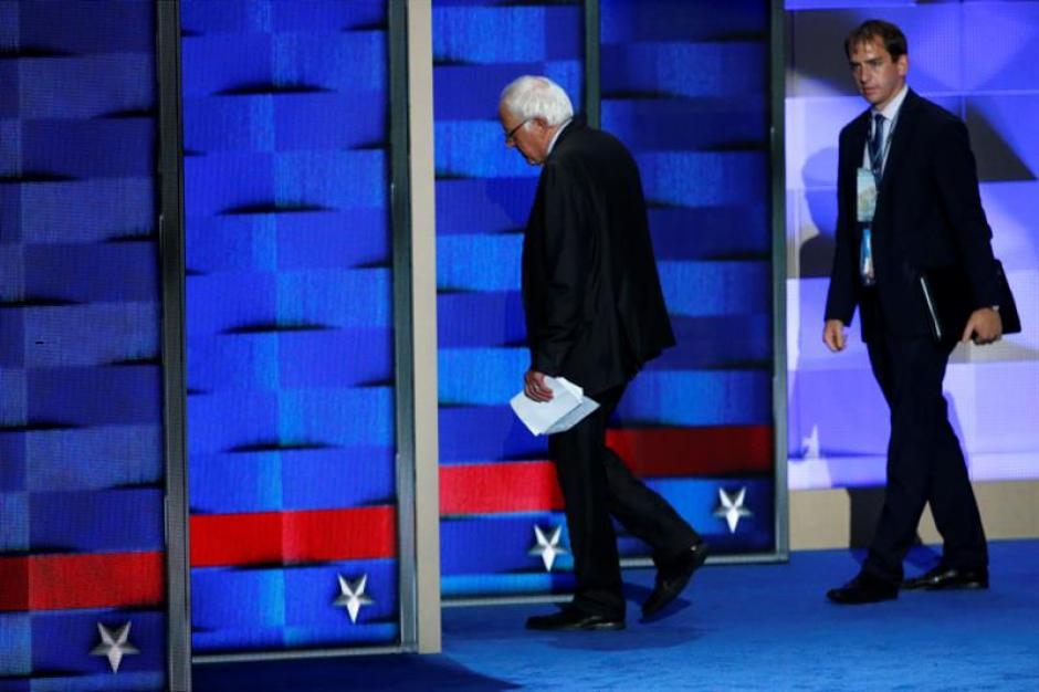 El excandidato a la presidencia de Estados Unidos y senador por Vermont, Bernie Sanders luego de dar su discurso. (Foto: Efe)