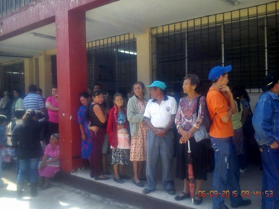 En algunos centros de votación no se tomaron consideraciones especiales con los ancianos. (Foto: Usuario Soy502)