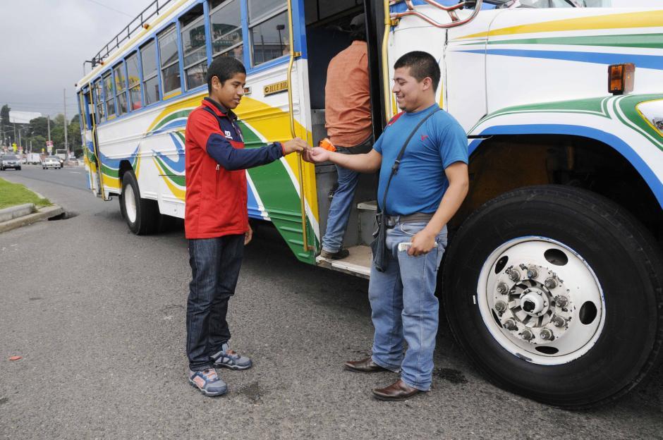 Para movilizarse al colegio y a los entrenos, Pedro viaja en bus, donde ya no pasa desapercibido.(Foto: Orlando Chile/Nuestro Diario)