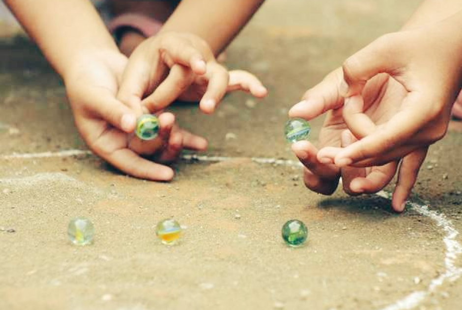 Uno de los entretenimientos de los niños es jugar cincos, (Foto: josemelgarMKT /Twitter)