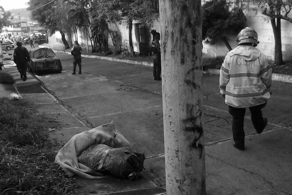 Los restos de tres personas fueron localizados en la zona 12 de Villa Nueva. (Foto: Bomberos Municipales)