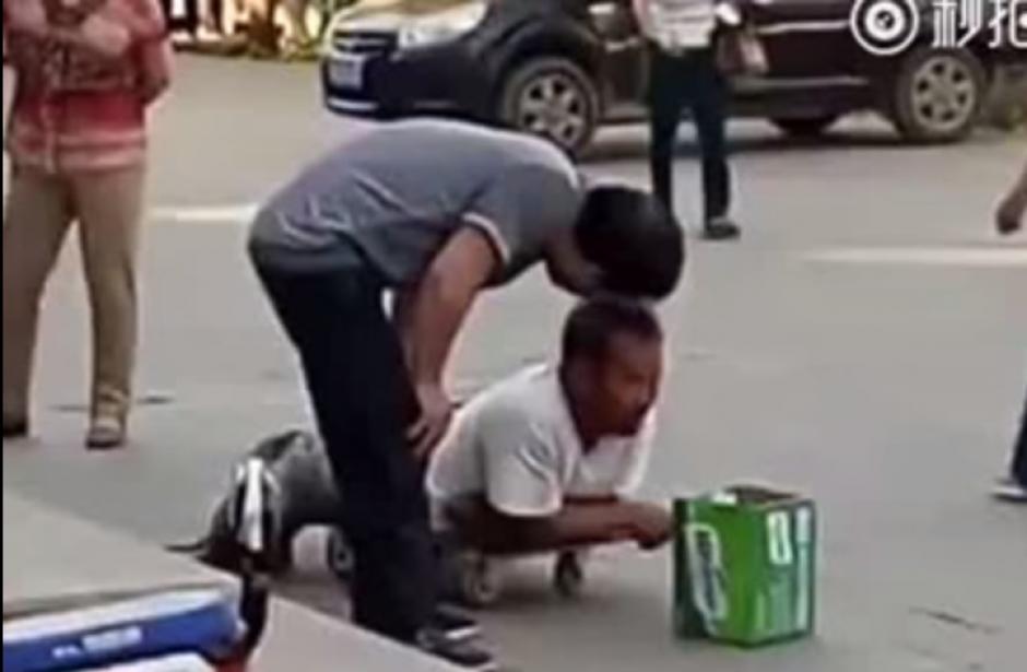 El joven se acerca a la persona que pide dinero en la calle. (Captura de pantalla: Iwe Al/YouTube)