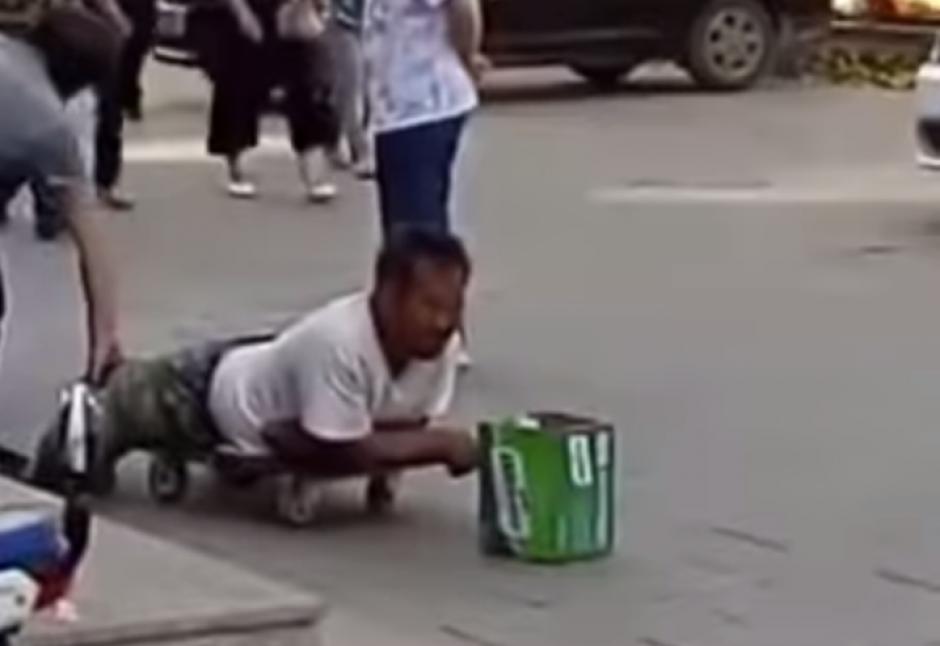 El hombre tiene la sospecha que el limosnero miente. (Captura de pantalla: Iwe Al/YouTube)