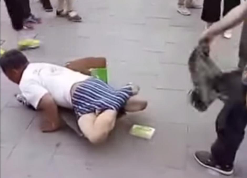 Cuando logra quitarle los pantalones, se descubre el engaño. El hombre tiene piernas. (Captura de pantalla: Iwe Al/YouTube)