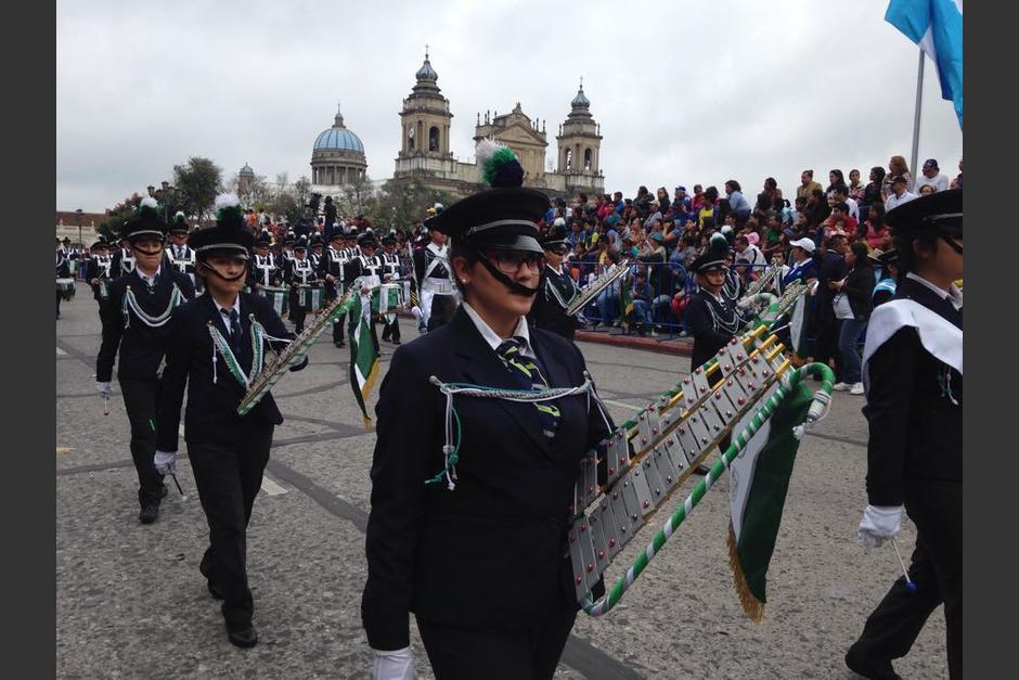 Las bandas escolares recorrieron el Centro Histórico con sus instrumentos de guerra. (Foto: Fredy Hernández/Soy502)