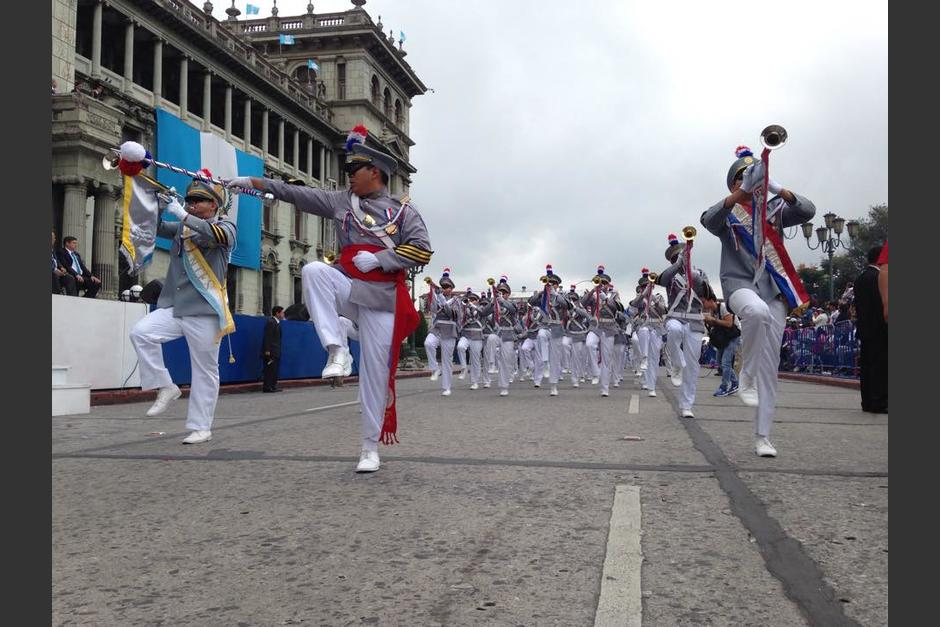 Los estudiantes hacen honores cuando caminan frente a las máximas autoridades del país. (Foto: Fredy Hernández/Soy502)