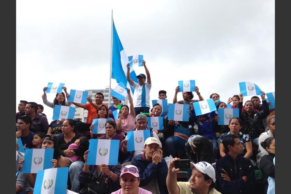 Decenas de guatemaltecos acudieron al Parque Central para observar el desfile de Independencia. (Foto: Fredy Hernández/Soy502)