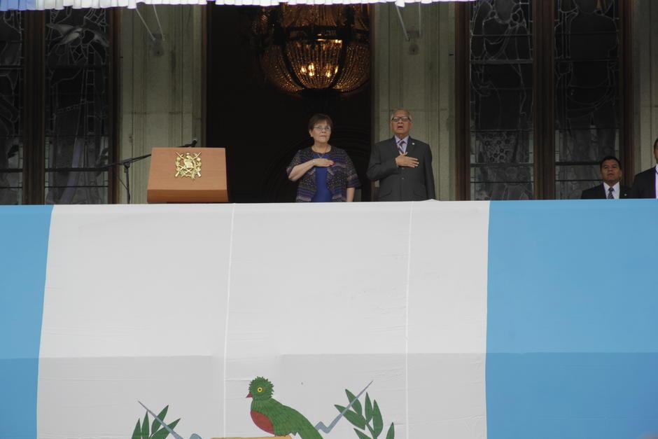El presidente Alejandro Maldonado, desde el Palco del Palacio Nacional de la Cultura observó el desfile cívico. (Foto: Fredy Hernández/Soy502)