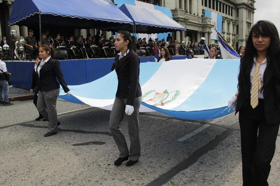 Los colores azul y blanco sobresalen durante el desfile de Independencia. (Foto: Fredy Hernández/Soy502)