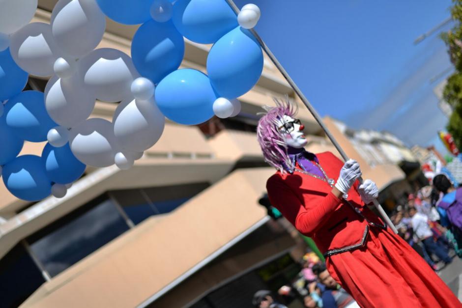 Banderas realizadas con globos desfilaron en la zona 1. (Foto: Wilder López/Soy502)