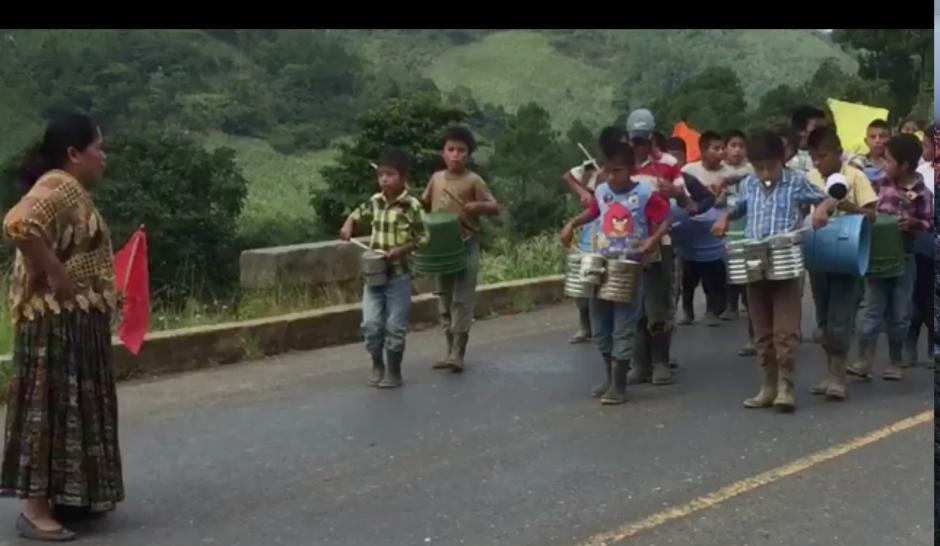 Un grupo de niños guatemaltecos desfila y con instrumentos improvisados creó su banda escolar. (Foto: Captura de pantalla)