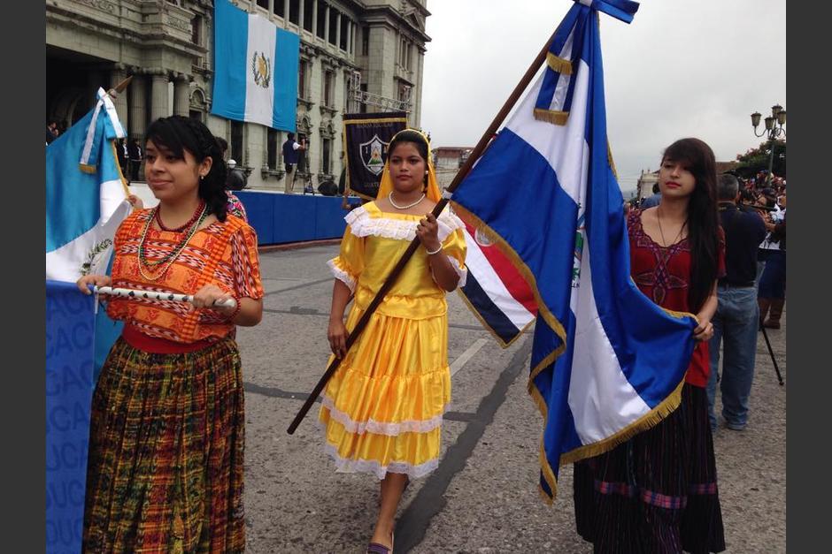 Cientos de jóvenes de diferentes establecimientos educativos participan del desfile de Independencia. (Foto: Fredy Hernández/Soy502)