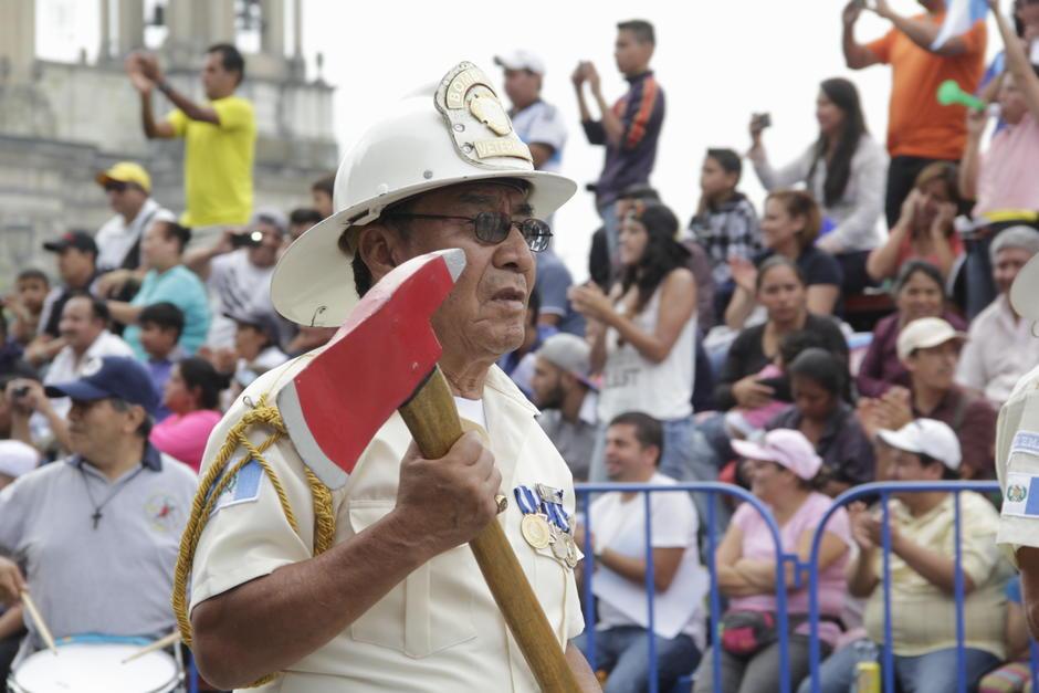 El desfile cívico también es para estos guerreros veteranos de los Bomberos en Guatemala. (Foto: Fredy Hernández/Soy502)