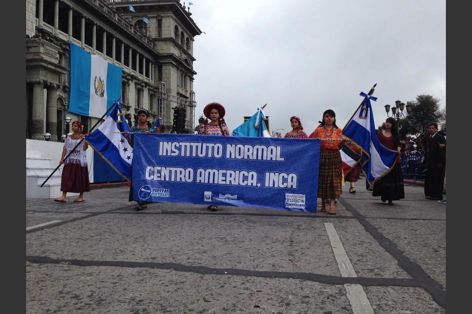 El Instituto Normal Centroamérica, INCA, participa del desfile patrio. (Foto: Fredy Hernández/Soy502)
