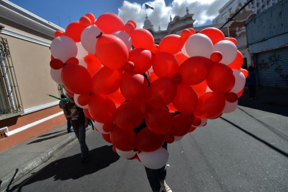 Corazones gigantes recorrieron el Centro Histórico. (Foto: Wilder López/Soy502)