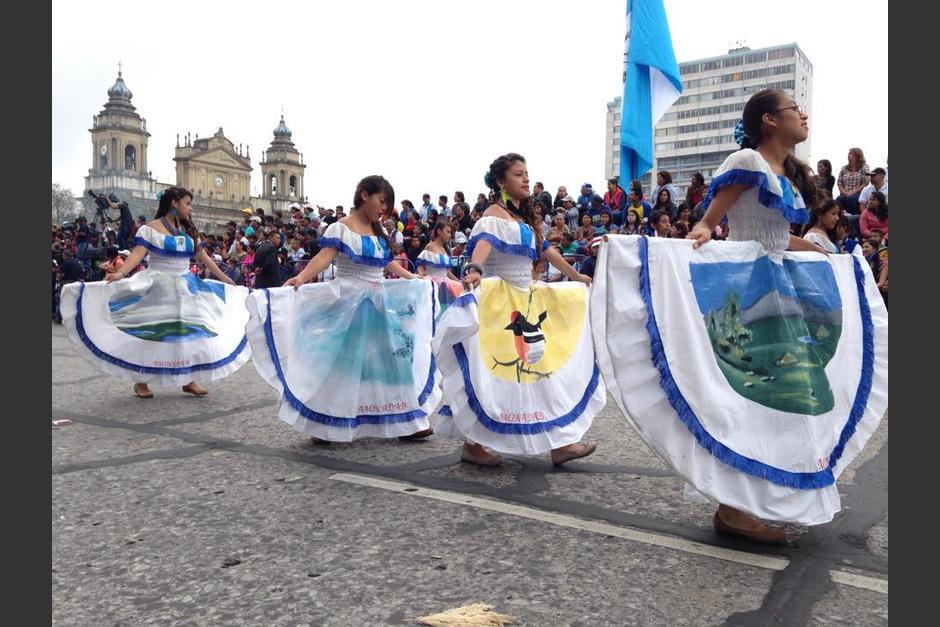 El multicolor del desfile cívico adornó las calles del Centro Histórico. (Foto: Fredy Hernández/Soy502)