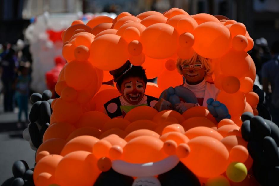Autos de globos fabricaron los artistas. (Foto: Wilder López/Soy502)