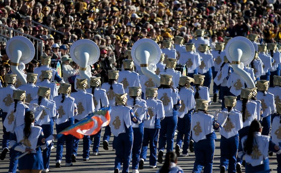 La banda musical Águilas Doradas de México, en el Desfile de las Rosas. (Foto: Iván Mejía/EFE)