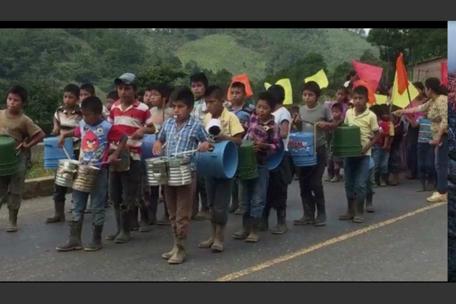 Los niños fueron captados por un usuario de Facebook en Aldea Campur en San Pedro Carchá, Alta Verapaz. (Foto: Captura de pantalla)