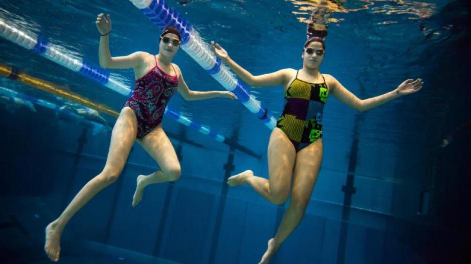 Yusra Mardini junto a su hermana Sarah en la piscina en Alemania. (Foto: Welt)