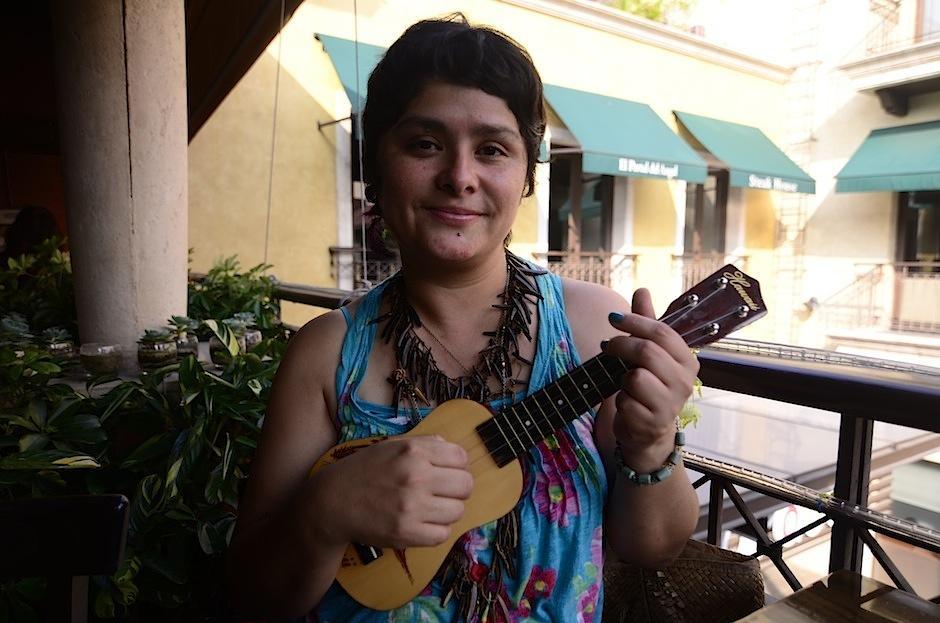 El ukelele es el mejor acompañante de Devorah. (Foto: Selene Mejía/Soy502)