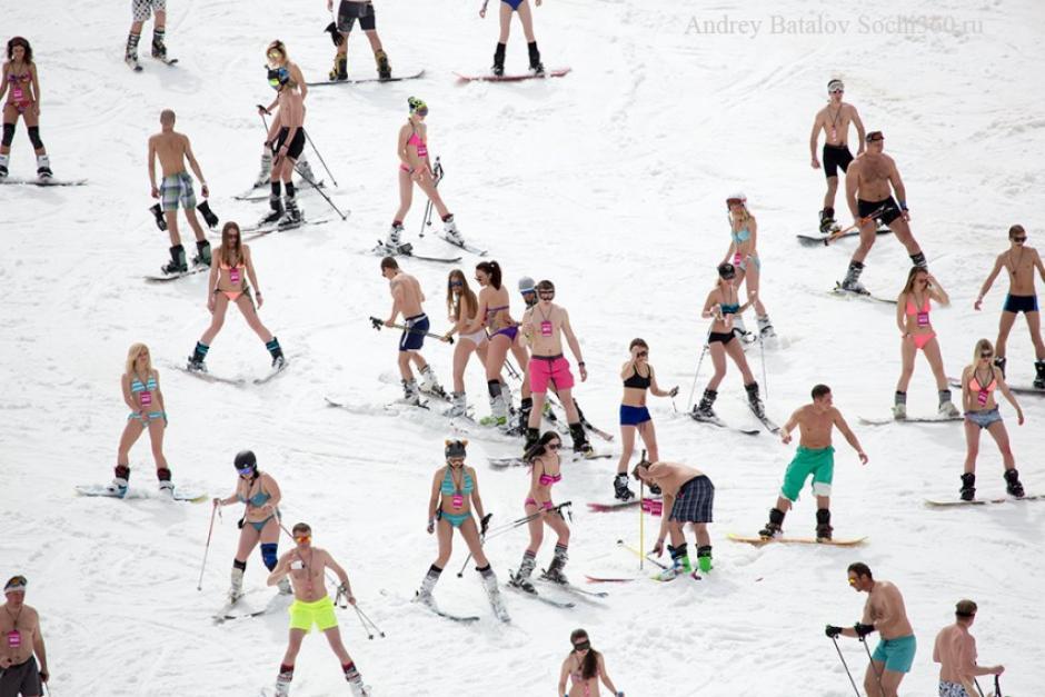 Ellos y ellas aprovechan para esquiar en bikini. (BoogelWoogel 2016)