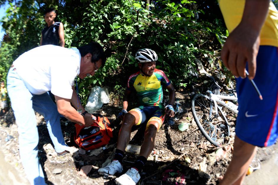 Adrián González tuvo una caída en la última etapa, en el ascenso a Quetzaltenango. De inmediato fue apoyado por varios vecinos y cuerpos de socorro.(Foto: Diego Galiano/Nuestro Diario)