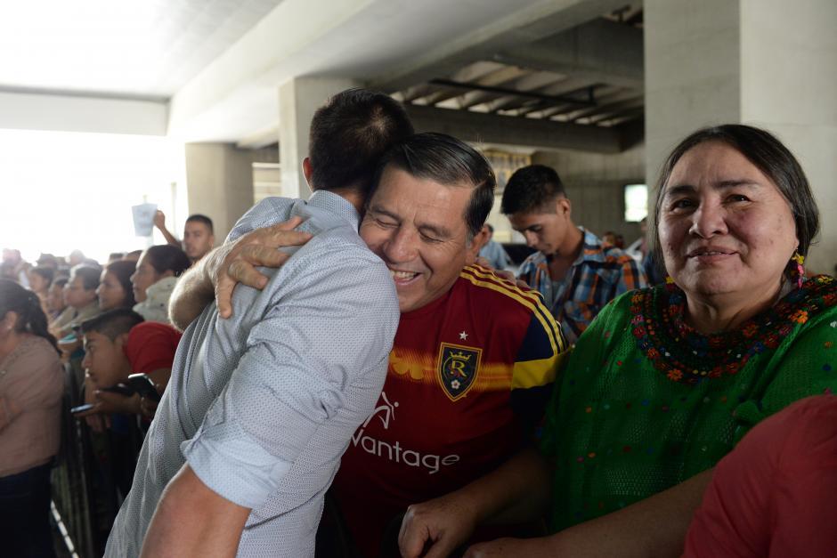 Mario Vásquez, papá de Elías, lo abrazó a la salida de la terminal aérea del Aeropuerto La Aurora.(Foto: Diego Galiano/Nuestro Diario)