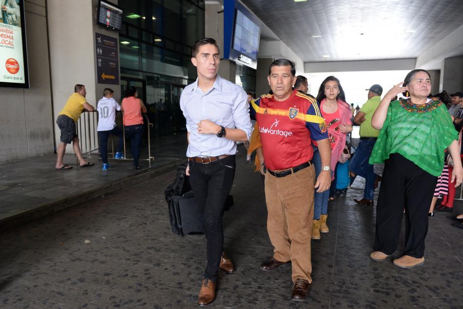 Elías Enoc Vásquez arribó a Guatemala con el plantel del Real Salt Lake; su familia lo estaba esperando. (Foto: Diego Galiano/Nuestro Diario)
