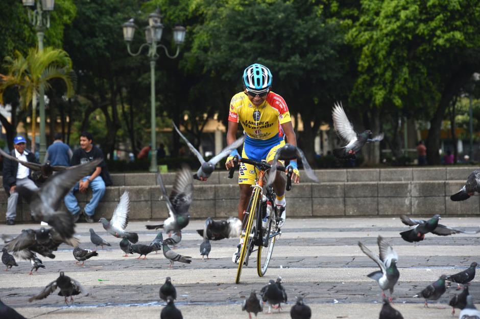 Hosmal Chicol del equipo de Chimaltenango, pasea por la Plaza de la Constitución en la zona 1, previo al inicio de la segunda etapa, que llegó a Teculután.(Foto: Diego Galiano/Nuestro Diario)
