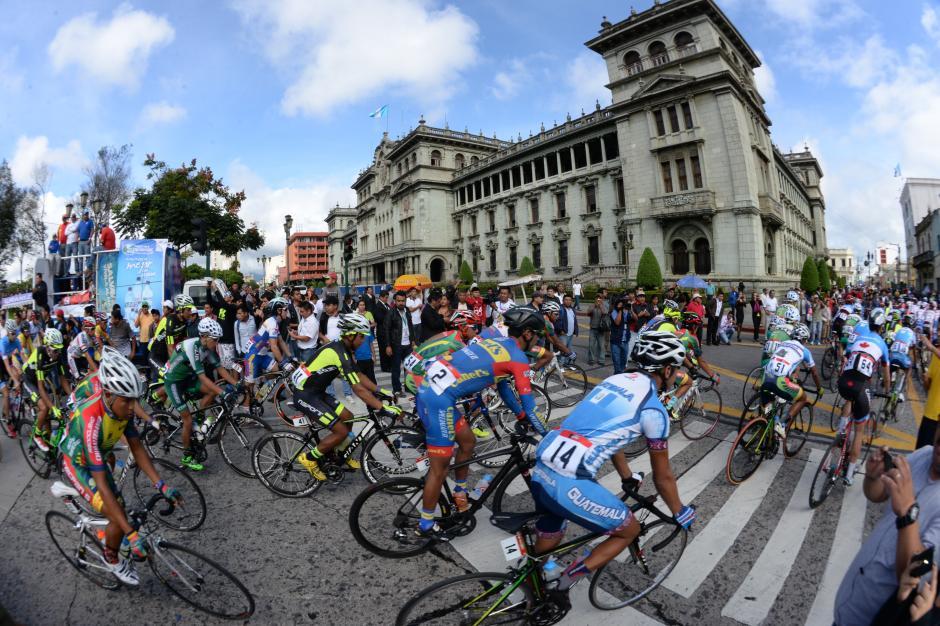La segunda etapa de la edición 55 de la Vuelta a Guatemala salió de la Plaza de la Constitución en la zona 1 y concluyó en Teculután. Con el Palacio de fondo se dio el banderazo de salida. (Foto: Diego Galiano/Nuestro Diario)
