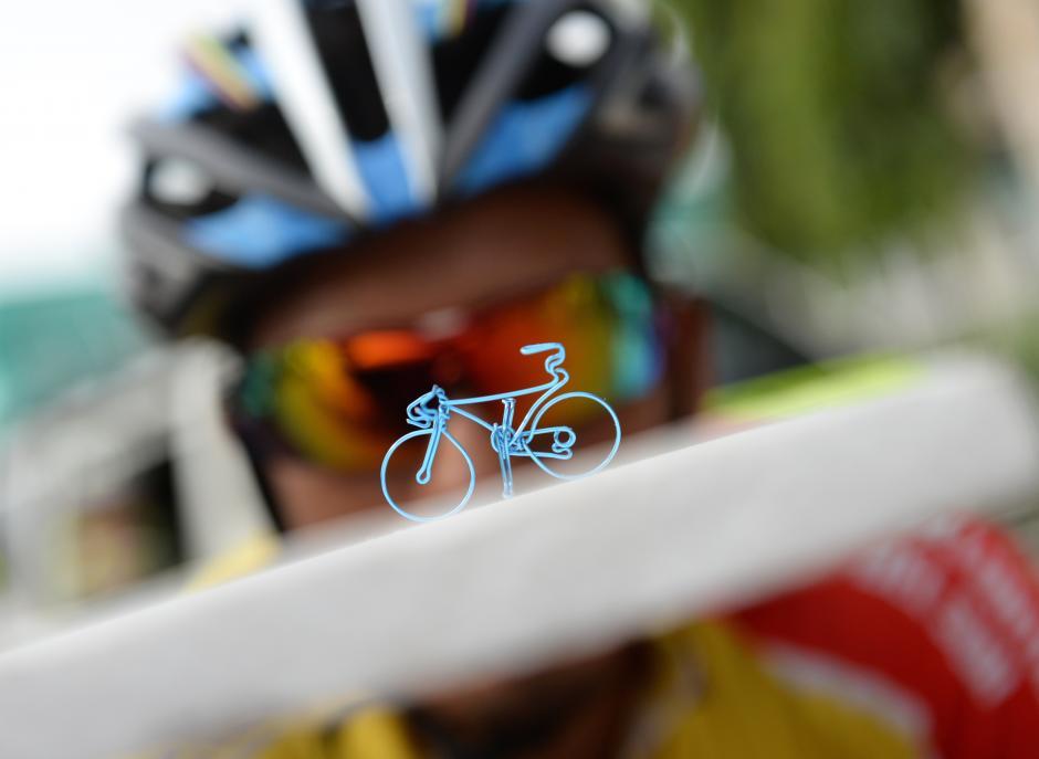 Adrián González, al fondo, observa una bicicleta miniatura.(Foto: Diego Galiano/Nuestro Diario)