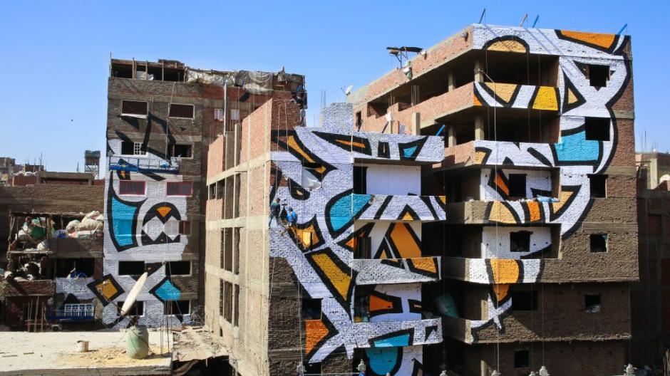 El Seed y su equipo de 50 pintores trabajaron por semanas para darle forma al mural. (Foto: qz.com)