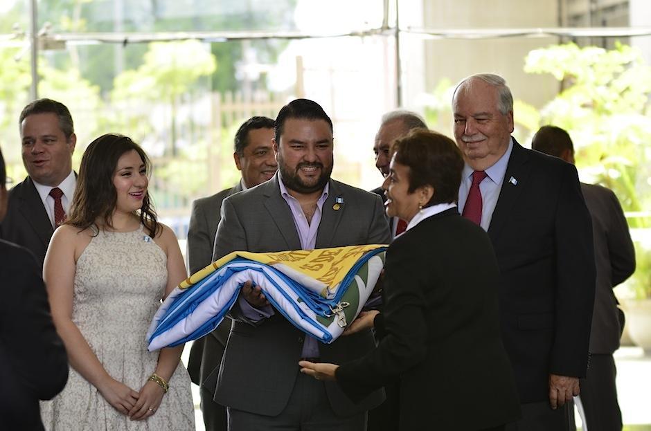 Mario Chang izó la bandera en la Plaza Ramiro Castillo Love del BI. (Foto: Selene Mejía/Soy502)