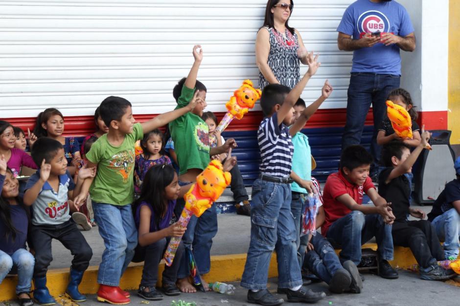 Deyanira festejó a los niños frente a la veterinaria en la que trabaja. (Foto: Alejandro Balán/Soy502)