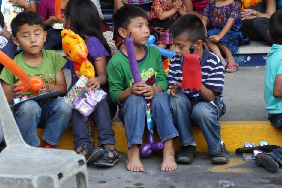 Los niños de escasos recursos recibieron dulces y juguetes. (Foto: Alejandro Balán/Soy502)