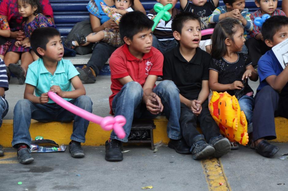 Algunos niños suspendieron su trabajo por algunos minutos para celebrar su día. (Foto: Alejandro Balán/Soy502)