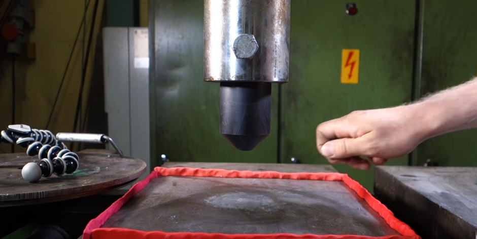 El diamante fue valorado en cuatro mil dólares. (Captura de pantalla: YouTube/Hydraulic Press Channel)
