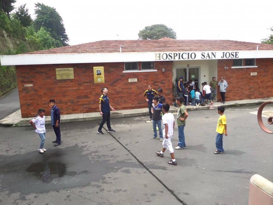 no podía faltar la tradicional chamusca después del acto oficial de entrega del donativo.(Foto: Hospicio San José)