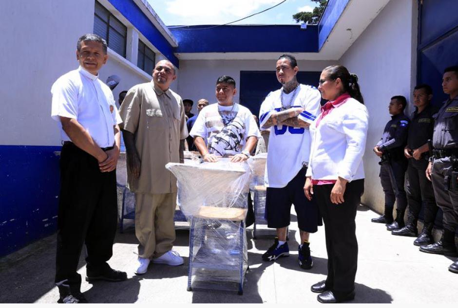 Los privados de libertad hacen entrega de los pupitres. (Foto: Diario de Centroamérica)