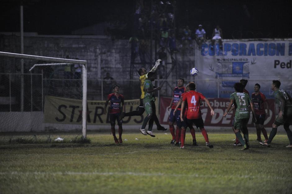 El juego tuvo varias ocasiones de gol para ambos equipos. (Foto: Lucio Pellecer/Nuestro Diario)