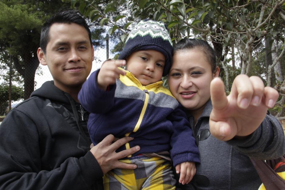 """Axel, Diego y Reyna viven felices, pero quieren que tú seas parte de su historia de amor para que el pequeño vuelva a escuchar frases como """"te amo, hijo"""". (Foto: Fredy Hernández/Soy502)"""