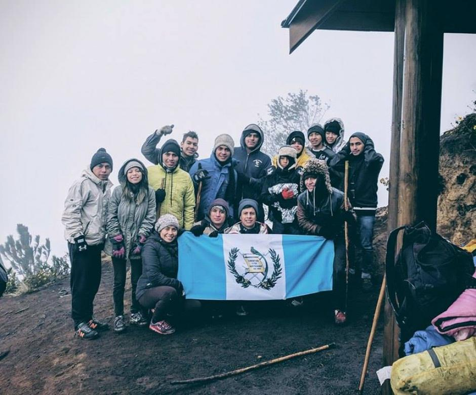 Otros grupos de guatemaltecos también subieron el volcán pero decidieron regresar lo antes posible por el frío. (Foto: Facebook, Diego Izeppi)