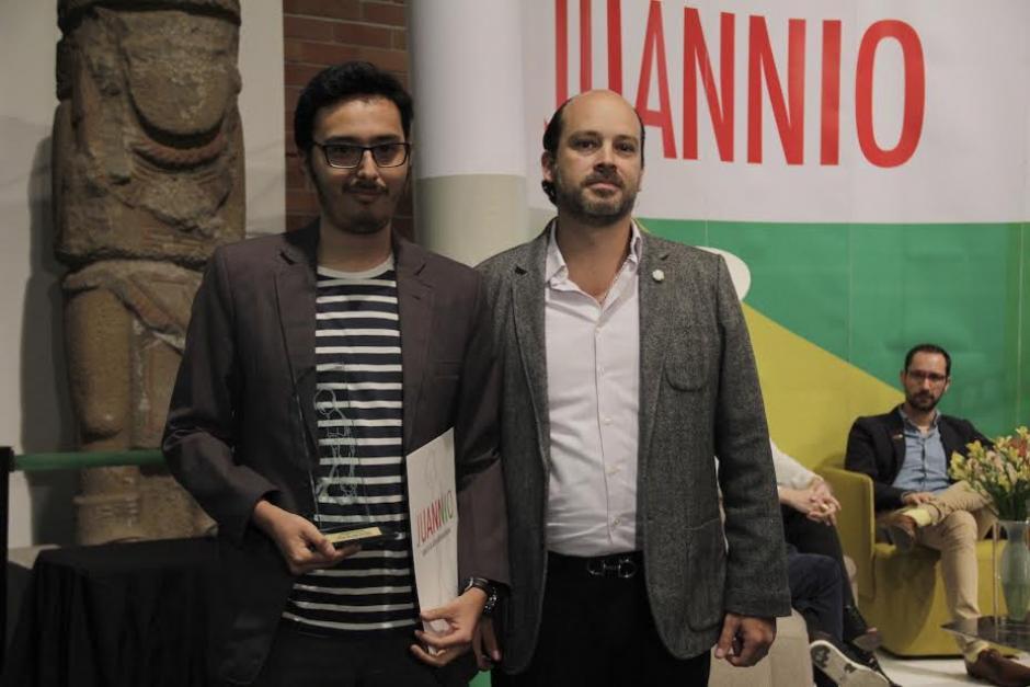 Diego Morales Portillo recibe el galardón al segundo lugar. (Foto: Burson-Marsteller)