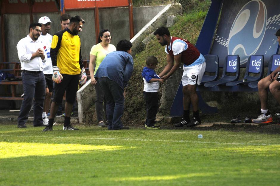Carlos Ruiz le regaló una camisa a Diego Pérez, pequeño quien necesita un trasplante de médula ósea. (Foto: Pedro Pablo Mijangos/Soy502)