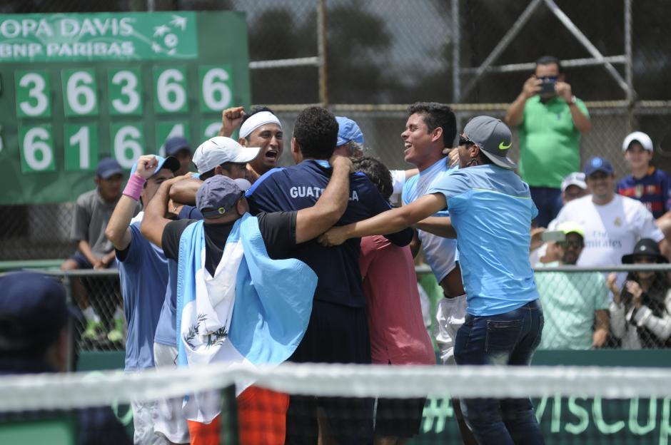 Al final del partido Christopher Díaz celebró con sus compañeros y familiares la permanencia en el grupo II de América, en la Copa Davis. (Foto: Pedro Pablo Mijangos/Soy502)
