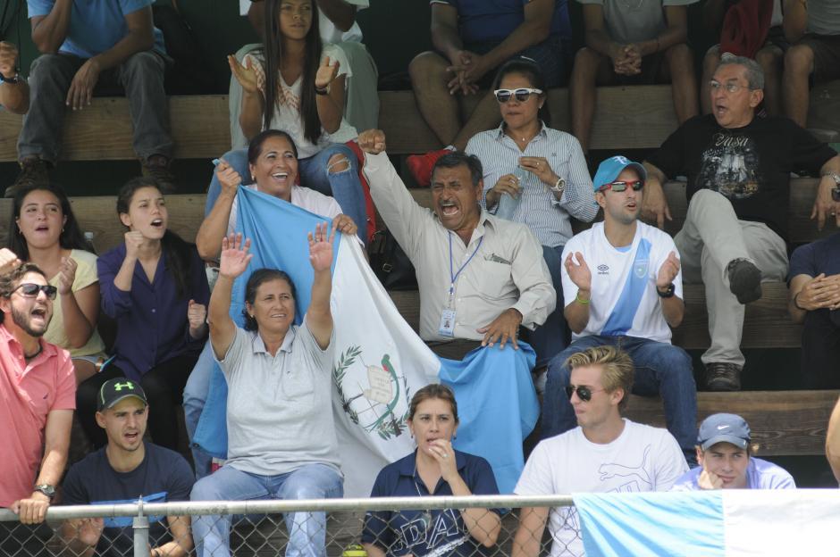 Los padres de Christopher Díaz sufrieron y festejaron en los graderíos de la Federación de Tenis. (Foto: Pedro Pablo Mijangos/Soy502)